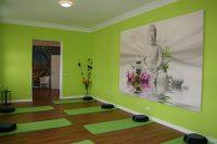 Grüner Raum mit Yogamatten
