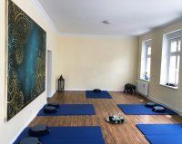 Blauer Raum mit Yoga Matten